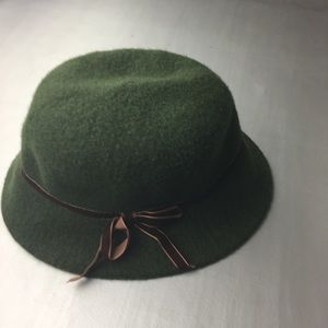 Liz Claiborne green wool bucket hat with bow